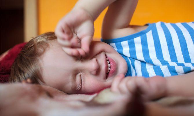 """Dá se """"zařídit"""", aby se dítě naučilo spát celou noc?"""